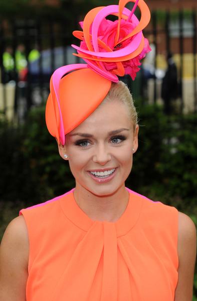 2013年6月18日,英国歌手凯瑟琳.詹金斯配戴造型帽子,参与皇家爱斯科赛马会。(Eamonn M. McCormack/Getty Images)