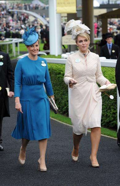 2013年6月18日,英国皇家爱斯科赛马会上,贵妇们配戴各式各样帽子,争奇斗艳。(Eamonn M. McCormack/Getty Images)
