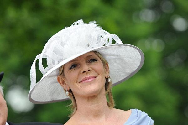 2013年6月18日,电视主持人露丝·朗斯佛瑞德配戴造型帽子,参与皇家爱斯科赛马会。(Eamonn M. McCormack/Getty Images)