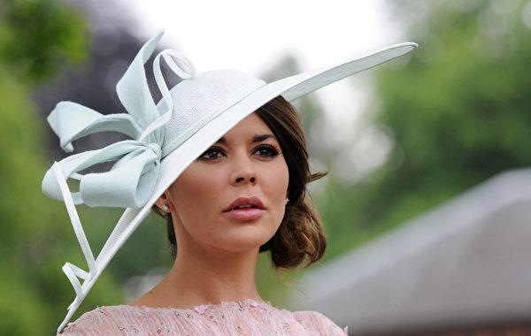 2013年6月18日,模特儿达尼埃尔·莱因克尔配戴造型帽子,参与皇家爱斯科赛马会。(Eamonn M. McCormack/Getty Images)