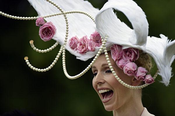 2013年6月18日,电视节目主持人Anneka Tanaka-Svenska配戴造型帽子,参与皇家爱斯科赛马会。(ADRIAN DENNIS/AFP)