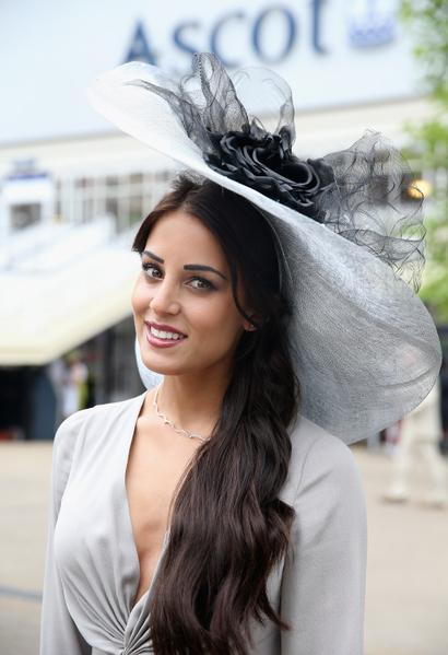 2013年6月18日,英国皇家爱斯科赛马会上,贵妇们配戴各式各样帽子,争奇斗艳。(Chris Jackson/Getty Images)