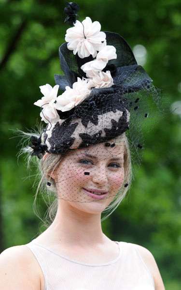 2013年6月19日,英国皇家爱斯科赛马会上,贵妇们配戴各式各样帽子,争奇斗艳。(Eamonn M. McCormack/Getty Images)
