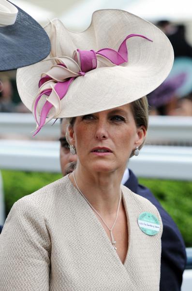 2013年6月19日,英国韦塞克斯伯爵夫人索菲配戴造型帽子,参与皇家爱斯科赛马会。(Stuart C. Wilson/Getty Images)