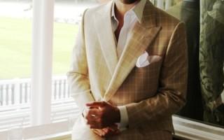 模特著lutwyche 品牌羊毛真絲旗子格夾克、奶油色羊毛真絲材質西褲;襯衣及飾物為Emma Willis 出品。(攝影:李景行/大紀元)