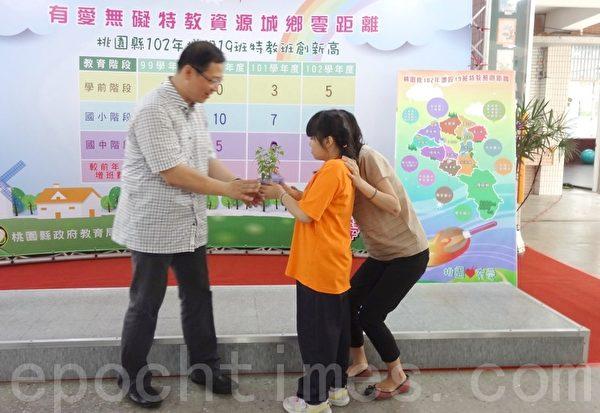 吳志揚接受孩子希望菜園中的成果。(攝影:徐乃義/大紀元)