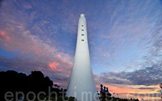 台湾东海岸北回归线地标,一大早有百名游客迎接夏至日曙光。(东管处提供)