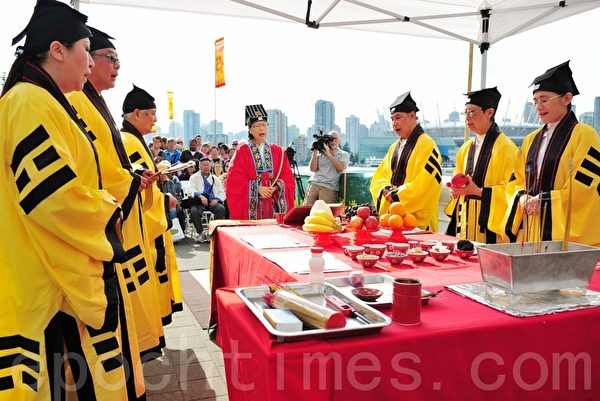 2013年6月21日,第25屆溫哥華龍舟賽的祭拜開幕式隆重舉行,祈求瑪祖海神的保佑。(攝影:張楠/大紀元)