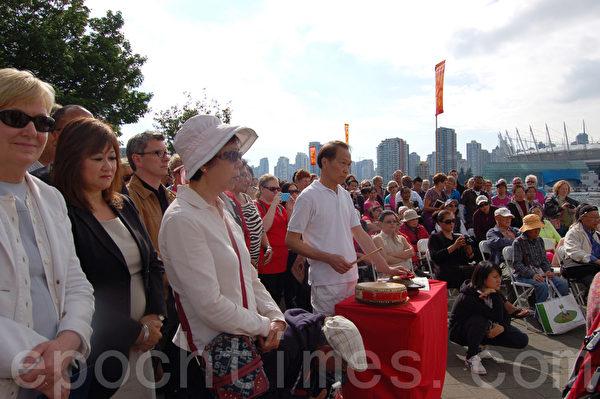 左起:卑詩省法務廳長蘇安彤、國會議員楊蕭蕙儀和歐偉治等官員參加了龍舟賽祭拜及點睛開幕式。(攝影:邱晨/大紀元)