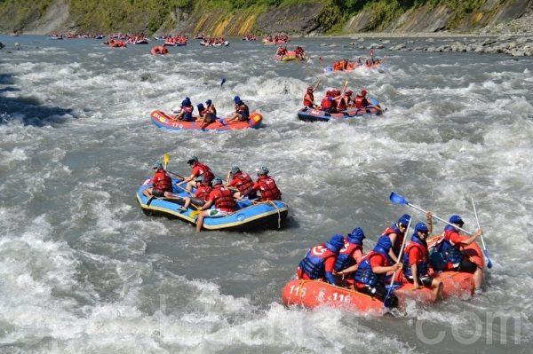 秀姑峦溪泛舟选手们在努力的冲刺。(摄影:詹亦菱/大纪元)
