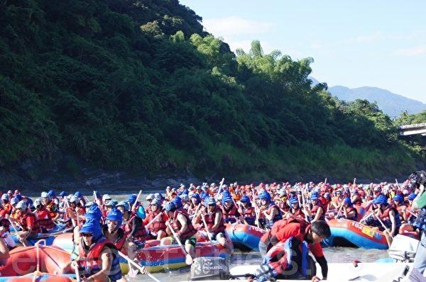 秀姑峦溪泛舟选手们下水的冲劲。(摄影:詹亦菱/大纪元)
