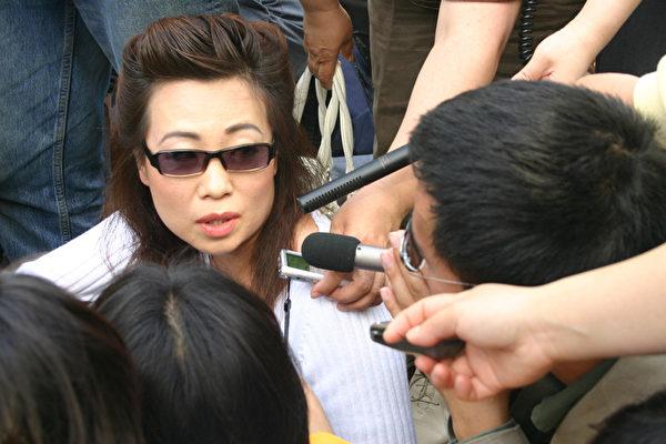2006年4月20日,安妮在华盛顿DC的新闻发布会公开现身,指证中共活摘器官。(大纪元)