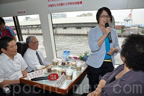 游艇航行到童年故居附近,文化部长龙应台感性分享儿时记忆。(摄影:李晴玳/大纪元)