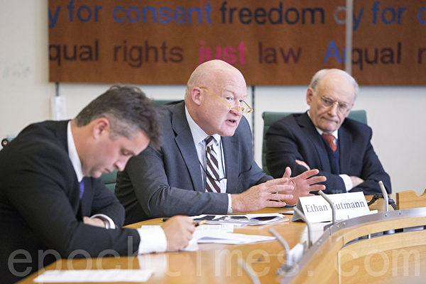 伊森•葛特曼在说明会中发言,左一是苏格兰民族党国会议员安格斯•麦克尼尔(Aonghas Macnill)(摄影:Simon Gross/大纪元)
