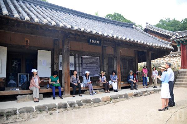 解说员给新唐人和大纪元的各国记者讲解崇义殿的历史(摄影:明国/大纪元)