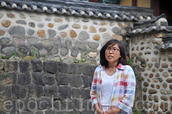 涟川郡的负责人,任明姬,亲临接待  (摄影:明国/大纪元)