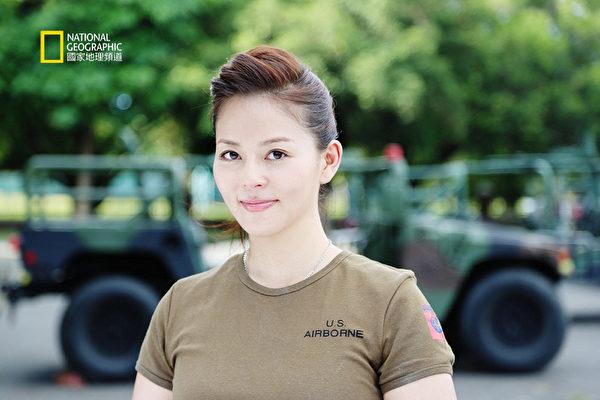 劉香慈在「悍馬車」前留。(圖/NGCI提供)