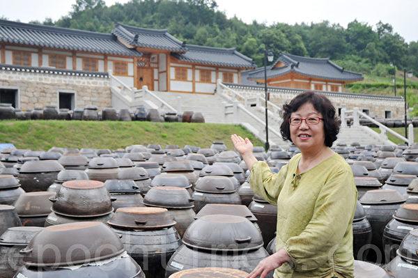 临津江野营宾馆馆长朴赞明介绍酿制大酱的过程 (摄影: 明国/大纪元)
