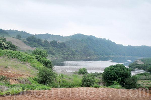 在远处流过的临津江 (摄影: 明国/大纪元)