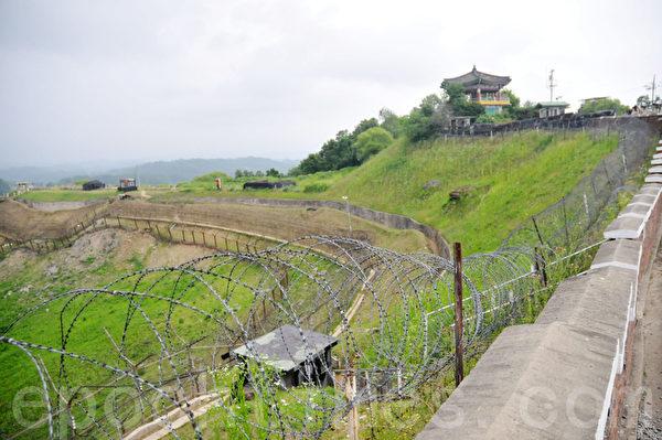 铁丝网的右边是南韩的土地,左边是北朝鲜的领土 (摄影: 明国/大纪元)