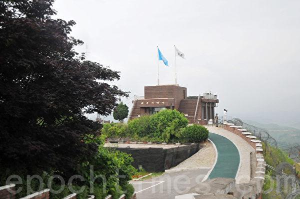 台风瞭望台上的韩国和联合国国旗飘扬 (摄影: 明国/大纪元)