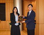 專協會長游子揚頒感謝狀給段馨君副教授(左)。(專協提供)