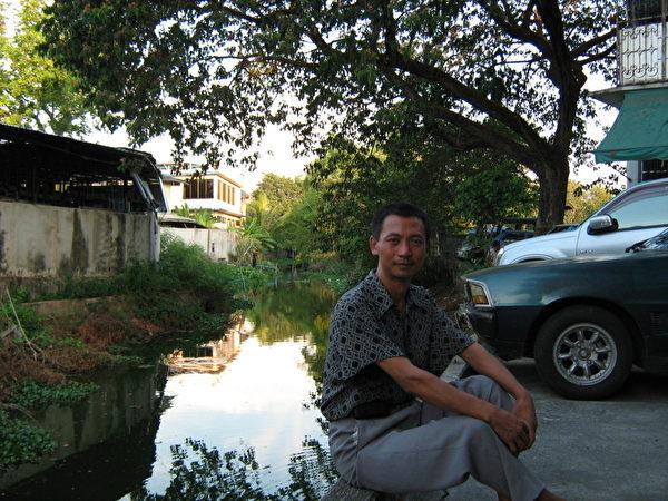 曾經擔任中共吉林省省二級期刊副總編的法輪功學員張忠餘,曾親眼目睹當年參與「3.5長春電視插播」學員的巨大付出。圖為其經歷十多次非法關押迫害後,流亡至泰國時拍攝的畫面。(張忠餘提供)