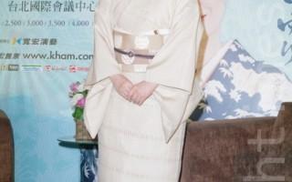 石川小百合穿著米白色和服,舉手投足間散發優雅氣質。(攝影:黃宗茂/大紀元)