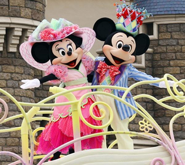 东京迪士尼乐园复活节游行。图为米奇(右)和米妮(左)。(YOSHIKAZU TSUNO/AFP/Getty Images)
