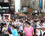 三号强风袭港,难阻香港人参加七一游行,43万港人无惧风雨,高喊港共特首梁振英下台。(摄影:潘在殊/大纪元)