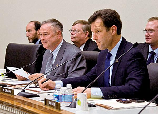 美國眾議院外交委員會「歐洲、歐亞和新興威脅」的小組委員會主席、共和黨資深議員羅拉巴克(Dana Rohrabacher)(前排右二)(大紀元)