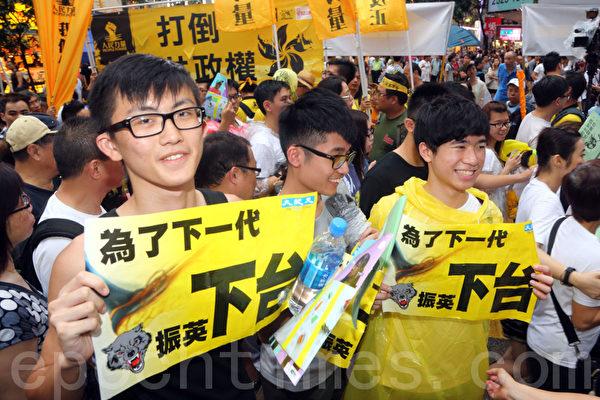 一班年青人开心地向记者展示手中海报。(摄影:潘在殊/大纪元)