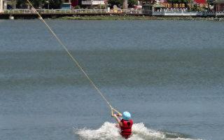 高雄莲潭暑假青少年滑水夏令营,自102年7月2日至102年8月22日,共办理8梯次,每梯次三天。(高市观光局提供)