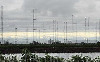 央广的天马台位于台南市郊的安南区有着20座75公尺高的巨大幕型天线,呈 330度环状排列,是亚洲唯一的独特设计,以短波形式突破中共封锁,播音覆盖面涵盖中国大陆、美、澳各大洲,全世界数一数二。(摄影:李愿 /大纪元)