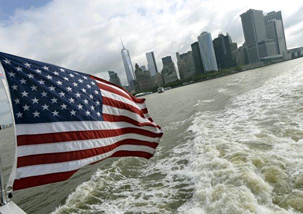 去年10月,超級颶風桑迪(Sandy)重創紐約,自由女神像所在的自由島和愛麗絲島受到嚴重破壞,暫時對遊客關閉。經過長達數月的島嶼修繕,自由女神像在7月4日重新開放與遊客見面。(TIMOTHY CLARY/AFP)