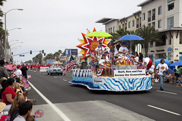 7月4日亨廷顿海滩市全美第三大的国庆游行,全长达到4英里,参与观众人山人海估计多达数十万。(摄影:季媛/大纪元)
