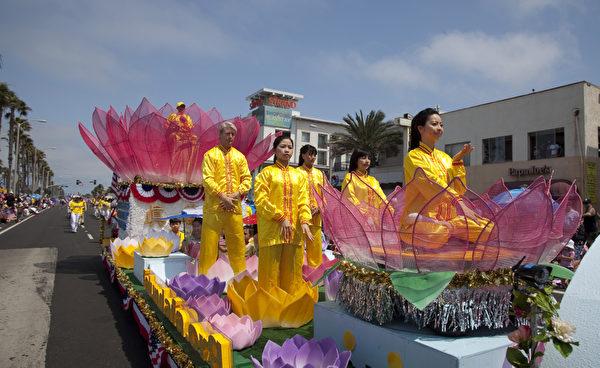 法轮功学员在装饰有巨大莲花的车上演示功法。(摄影:季媛/大纪元)