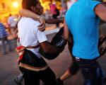 遭埃及军方罢免的民选总统穆尔西的支持者和反对派之间的暴力冲突已持续数日,迄今已造成至少30人死亡,千多人受伤。(Spencer Platt/Getty Images)