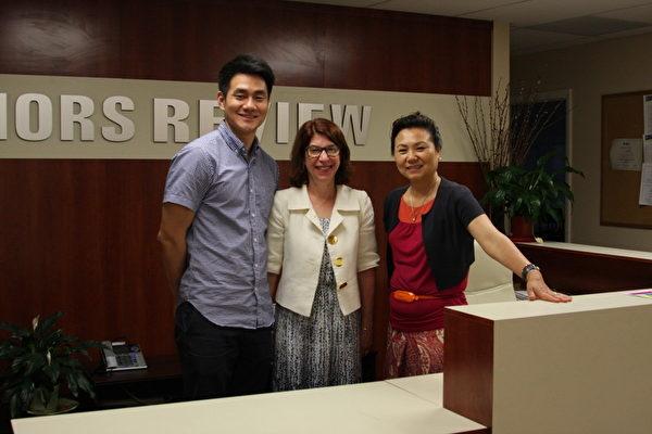 Princeton Honors Review首次與Carol Barash博士聯手舉辦Story To College文書寫作課程,幫助學生敲開高等學府的大門(中為Carol Barash博士,左、右分別為Honors Review經理John Park和院長Grace Park)。(攝影:姬承羲/大紀元)