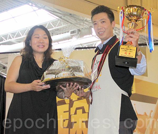 7月7日 , 刚出炉的金茶王大赛北美区决赛,金鸳鸯奖冠军赵栋梁高举奖杯。(摄影:周月谛/大纪元)