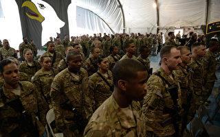 美国《纽约时报》于2013年7月8日报导,美阿关系越走越冷,美国正考虑在2014年后,全面撤出阿富汗。图为阿富汗的巴格拉姆美国空军基地士兵。(SHAH MARAI/AFP/Getty Images)