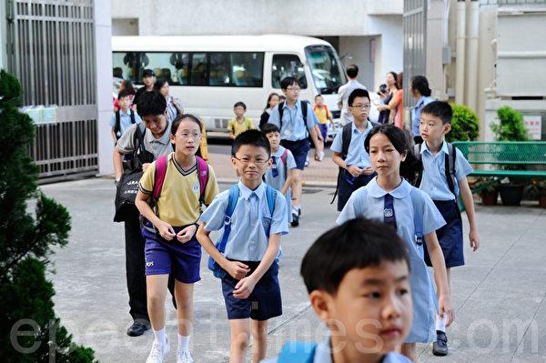 升中派位今日放榜,89%学生获派首三志愿学校。油麻地天主教小学门外一早有许多小朋友上学。(摄影:宋祥龙/大纪元)