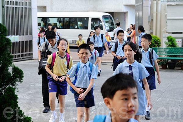 组图:香港小学升中 有人欢喜有人忧