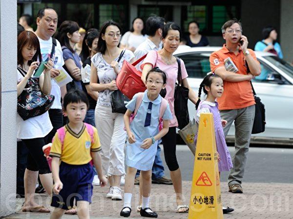 升中派位今日放榜,89%学生获派首三志愿学校。油麻地天主教小学门外一早有大批家长守候。(摄影:宋祥龙/大纪元)