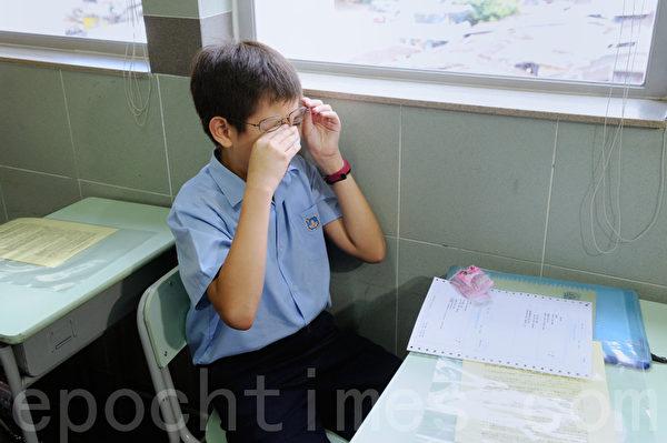 升中派位今日放榜,89%学生获派首三志愿学校。油麻地天主教小学门外一早有大批家长守候。有人收到结果后喜极则泣。(摄影:宋祥龙/大纪元)