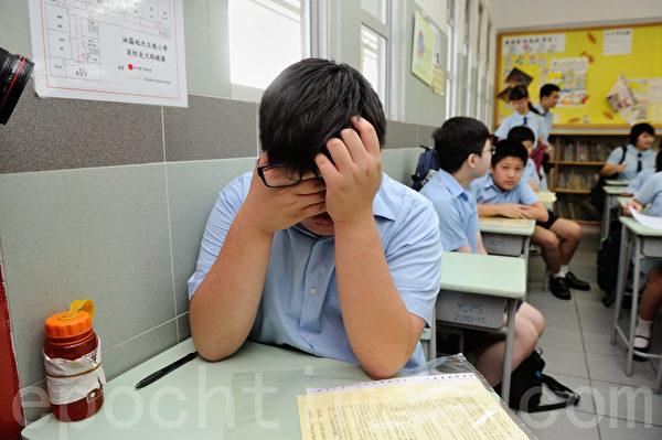 升中派位今日放榜,89%学生获派首三志愿学校。油麻地天主教小学有人收到结果后,派得不好的就泪洒当场。(摄影:宋祥龙/大纪元)