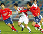 中國足球已連續三年無法進入國際大賽。圖為二零零五年一場中韓足球賽,中間者為中國球員。(AFP)