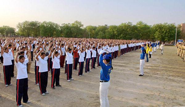 印度德里警察训练大学上千学生现场学炼法轮功 (图片来源:明慧网)