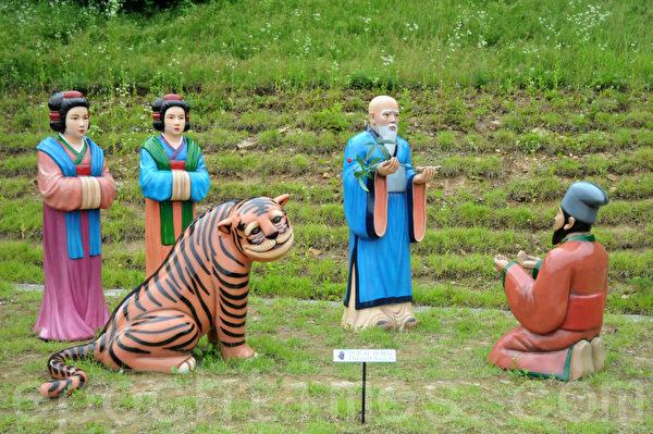 锦山郡的开参阁以雕像方式再现人参起源的故事。这一段是姜处士梦见山神的部分 (摄影:明国/大纪元)
