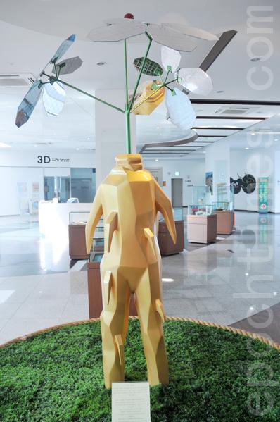 锦山郡人参综合展览馆里的人参模型 (摄影:明国/大纪元)
